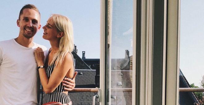 ett-lyckligt-par-på-ny-balkong